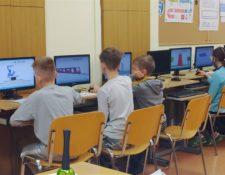 w sali komputerowej w Dużej szkole